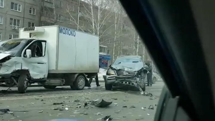 Столкновение Mercedes и молоковоза на Шаумяна снял видеорегистратор