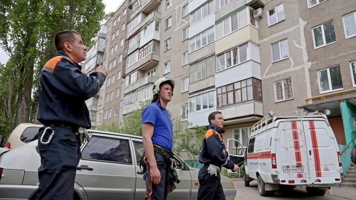 Ехали вскрывать дверь: уфимские спасатели помогли мужчине, упавшему с крыши