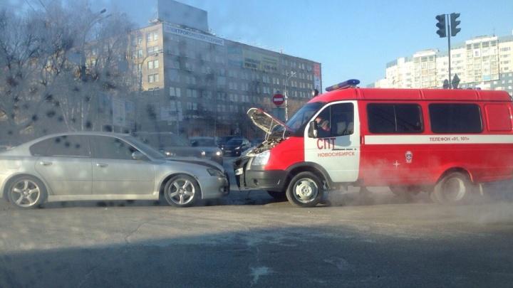 На площади Лыщинского Subaru лоб в лоб столкнулась с пожарным автомобилем