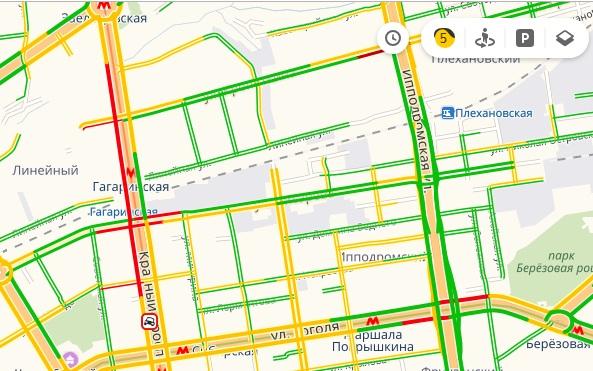 По данным сервиса Яндекс.Пробки, затор тянется от «Ройял Парка»