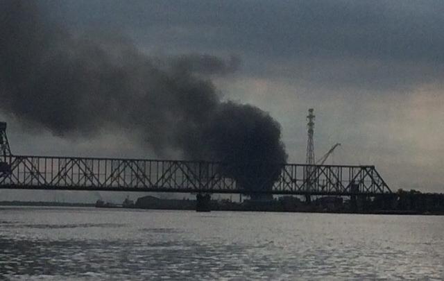 Из-за покрышек и разлитого масла: в МЧС объяснили, почему на Левом берегу валил черный дым