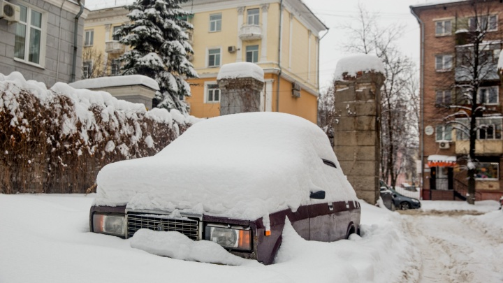 В Ярославле ищут «подснежники»: фото самых заброшенных в сугробах машин