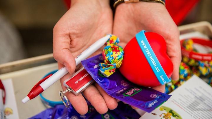 На площади Ленина начали дарить презервативы ко Дню всех влюблённых