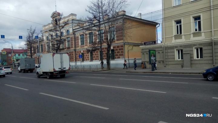 «В любом случае нарушаем ПДД»: при выезде с работы на Ленина водители получают штрафы из-за разметки