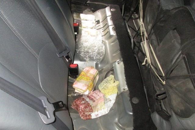 Пачки с деньгами нашли под ковриками и под задним сиденьем