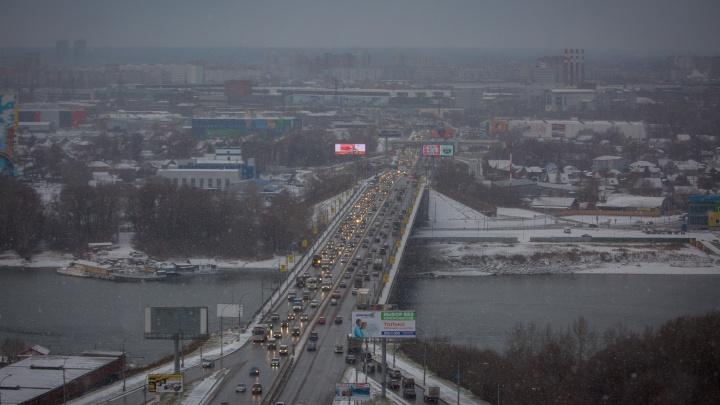 Утро не задалось: новосибирские водители встали в 7-балльные пробки на скользких дорогах