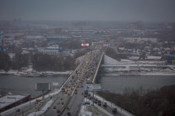 После ночного снегопада дороги Новосибирска превратились в каток