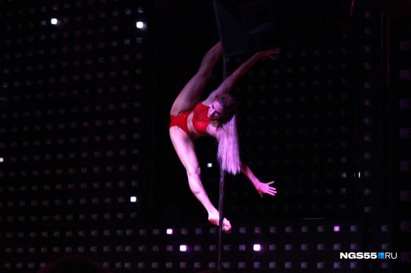 В арсенале тех, кто танцует pole dance, множество сложнейших трюков