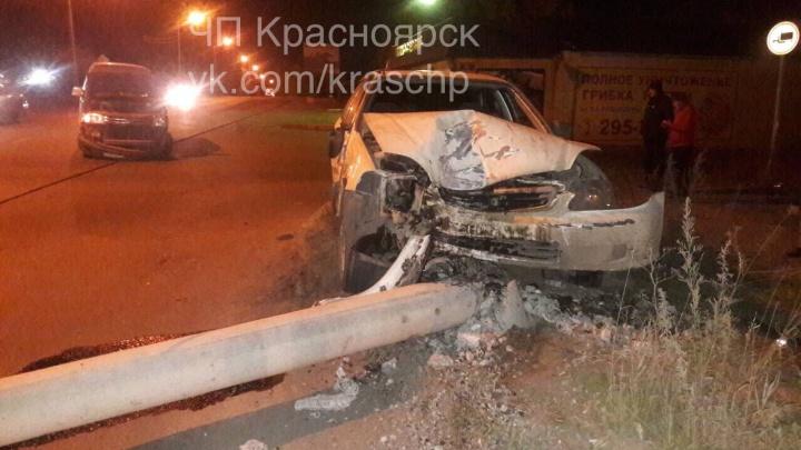 Водитель врезался в столб и повалил его на дорогу после попытки опередить сразу двоих