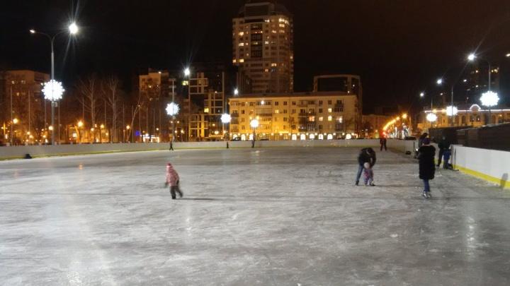 На площади Куйбышева залили два катка и модернизировали сервис-центры проката и заточки коньков