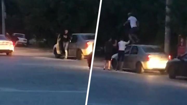 В Ростове-на-Дону буйные пассажиры Mercedes устроили дебош на дороге