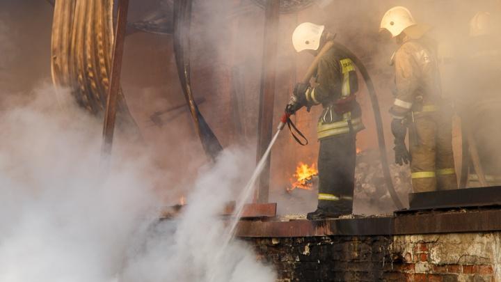 В Камышине Волгоградской области загорелось пять домов и построек