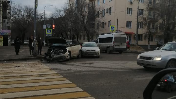 Ехал на красный свет: в центре Волгограда молодой гонщик ударил кроссовер и улетел на тротуар