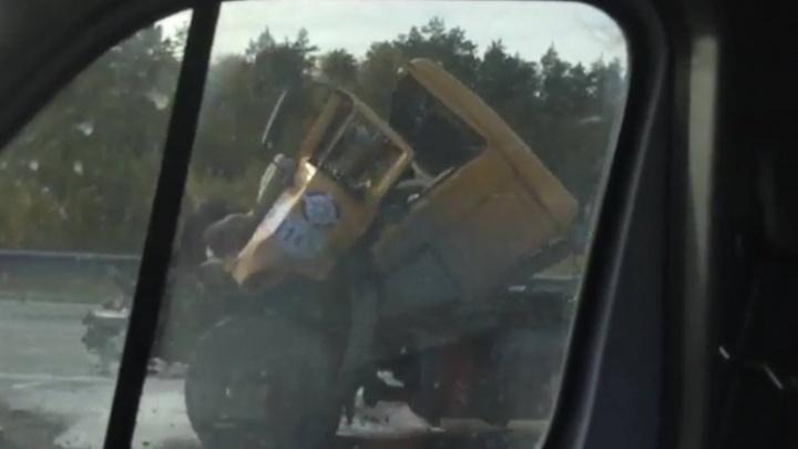 На подъезде к Екатеринбургу на Серовском тракте столкнулись два большегруза