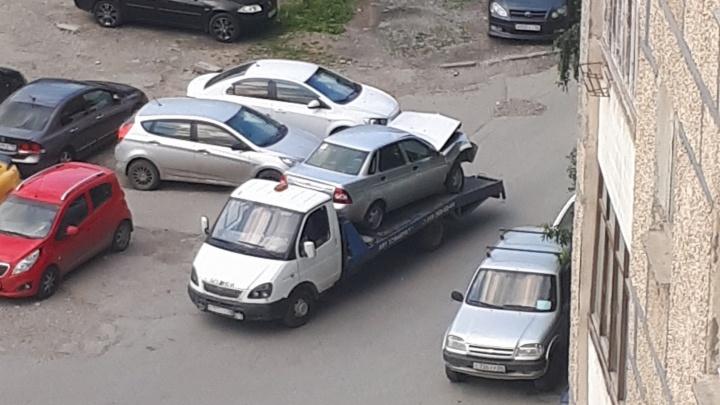 На Уралмаше водитель Lada протаранил дерево после того, как поссорился с другом