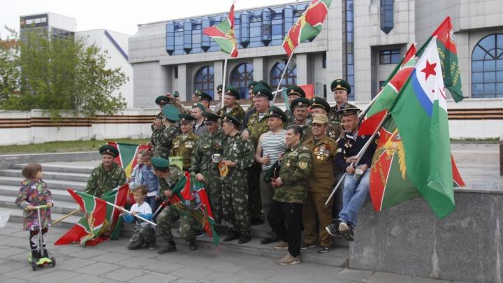 Триста суровых новосибирцев в зелёных фуражках собрались на площади Карла Маркса