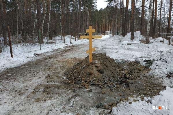 Этим утром у въезда на базу появилась свежая могила