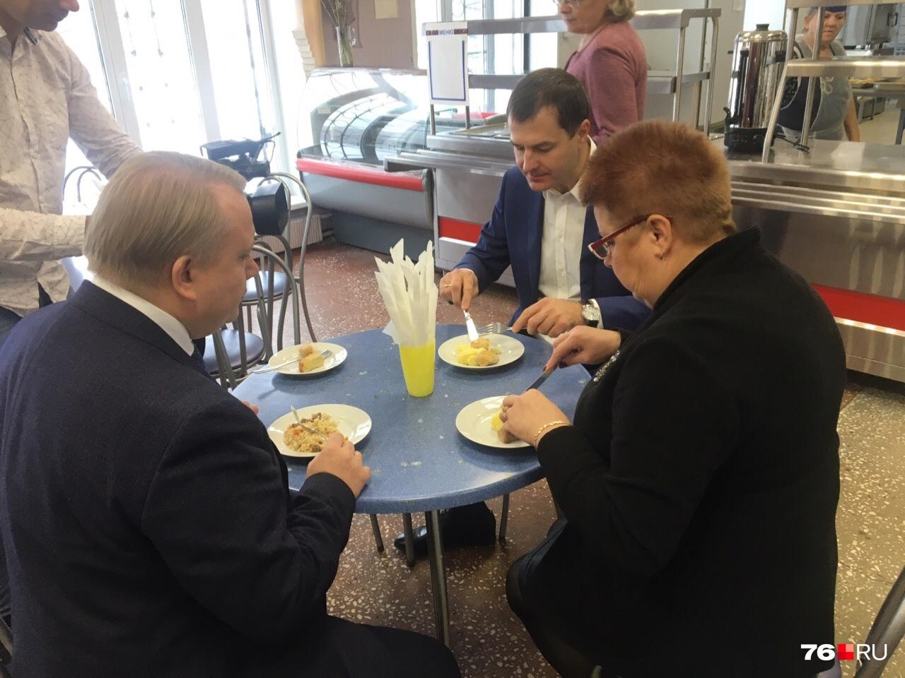 Мэр оценил школьные котлетки: куриную и рыбную