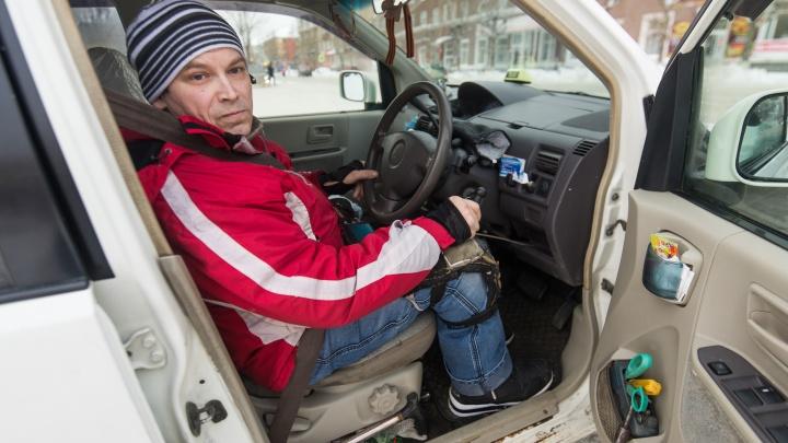 В машину заползает на коленках: уралец с ДЦП стал таксистом, чтобы заработать на жильё