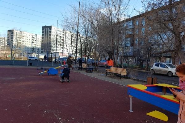 На заднем фоне та самая спортивная площадка. Раньше вокруг нее был забор и можно было безопасно играть в баскетбол