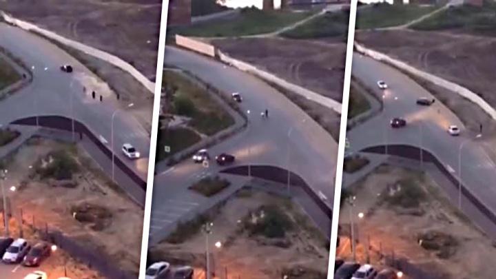 Видео: машина протаранила прохожего возле ЖК «Венеция»