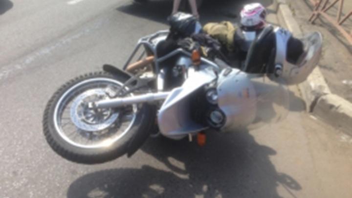 В Ярославле на дороге опрокинулся мотоцикл: пострадали два человека