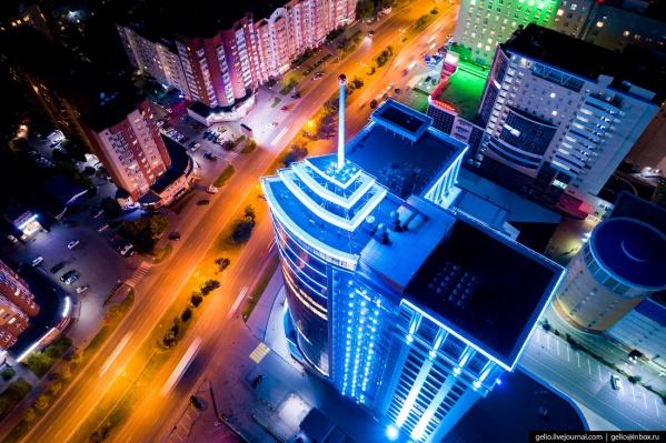 С этого ракурса ночную Тюмень мало кто видел. На фото— бизнес-центр «Пётр Столыпин», который считается самым высоким зданием города. На крыше обустроена смотровая площадка. Изначально здесь собирались сделать место для взлёта и посадки вертолётов. В итоге от этой идеи отказались