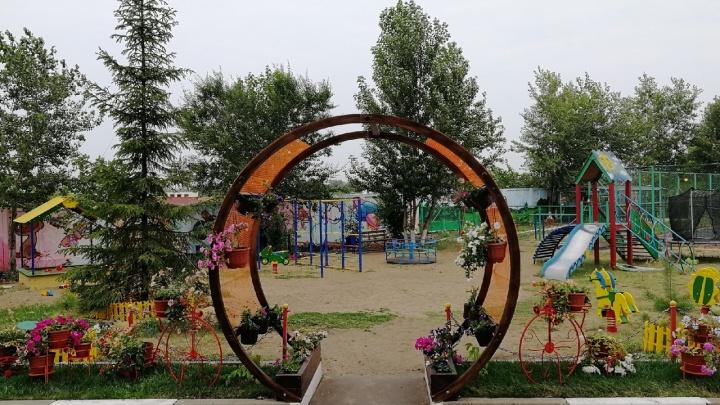 Детская площадка за два миллиона и клумбы за 300 тысяч: два самых красивых двора в Кировском округе