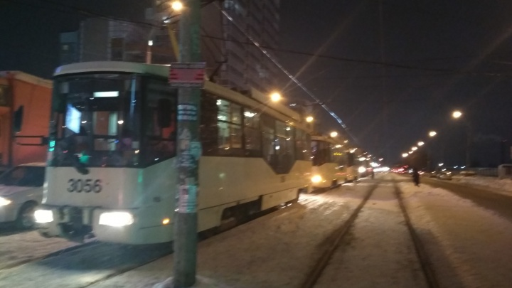 Десять 13-х трамваев застряли на рельсах в Октябрьском районе