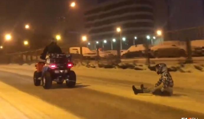 «Рисковал чужой жизнью»: в ГИБДД оценили ночной заезд экстремалов по Екатеринбургу на покрышке