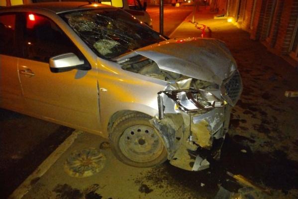 Машину вынесло с дороги на тротуар