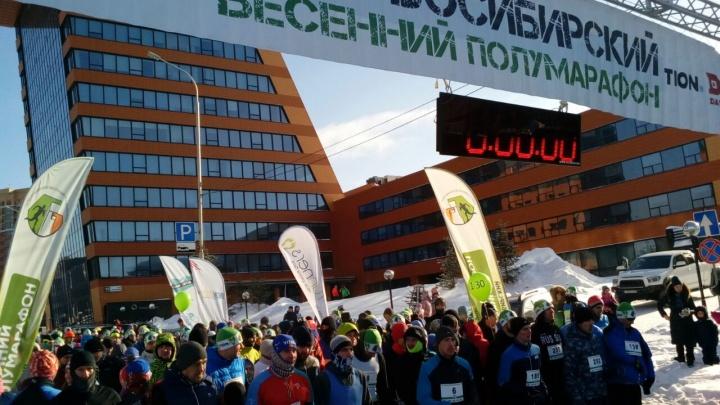 Шестьсот человек пробежали 21 километр по улицам Академгородка
