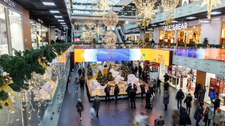 «Сбежали с работы и полетели в магазин»: волгоградцы берут штурмом переполненные торговые центры