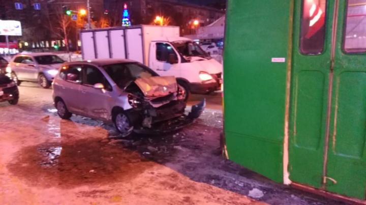 Уснул за рулём: в центре Новосибирска «Хонда» врезалась в троллейбус