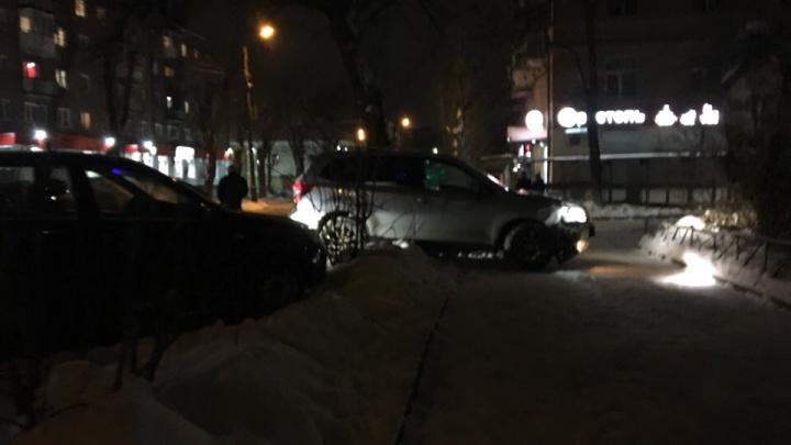 Внедорожник вылетел на тротуар: подробности аварии с дорогими иномарками в Ярославле
