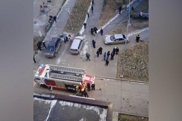 Пожарные прибыли по нужному адресу через восемь минут после звонка в диспетчерскую. На месте до сих пор работают медики