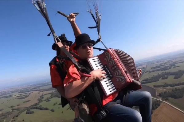 Ради эффектного видео аккордеонист Андрей Кращук впервые в жизни взмыл в небо на параплане