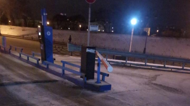Таксист, сломавший шлагбаум на парковке у тюменской набережной, рассказал, как так вышло