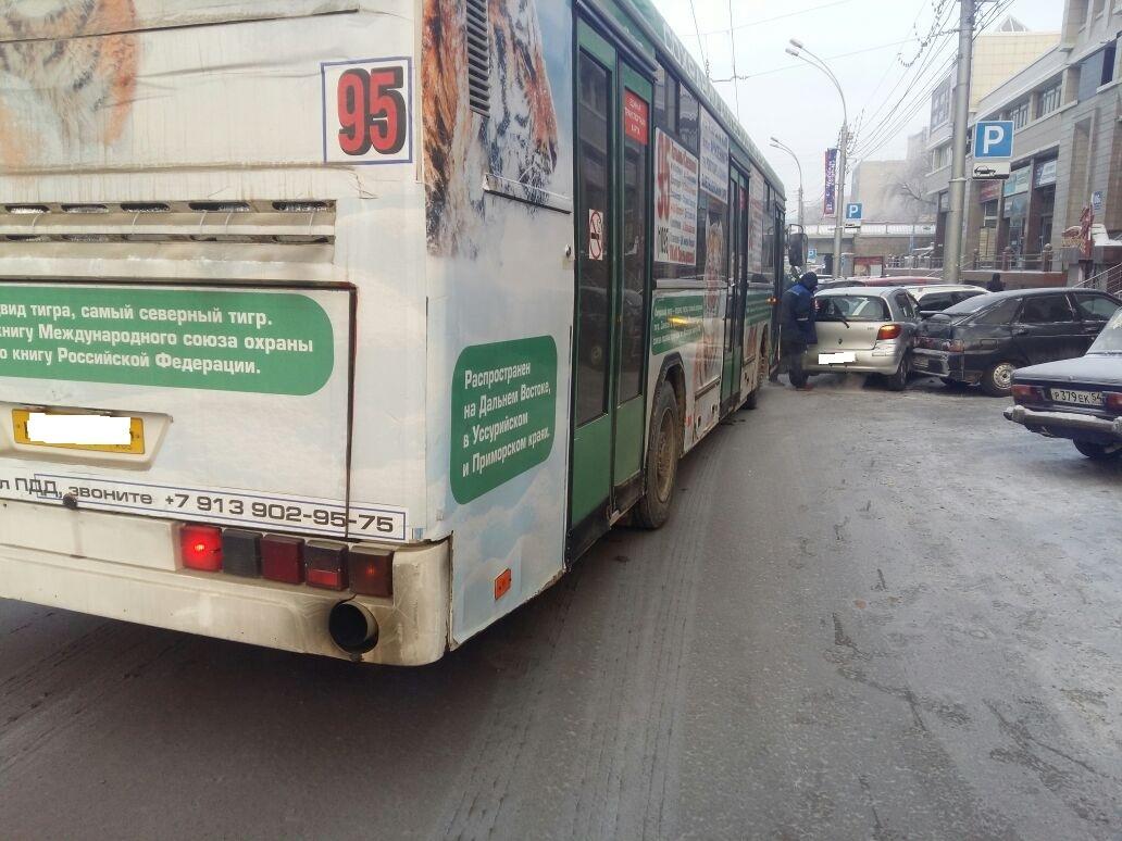 Автобус №95 собрал три автомобиля наКрасном проспекте вНовосибирске