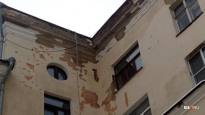 Дом-памятник на Баумана, 2 выглядит весьма обшарпанным
