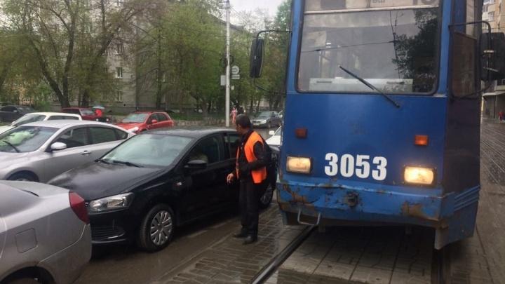 Трамвай № 13 въехал в открытую дверь «Фольксвагена» за оперным театром