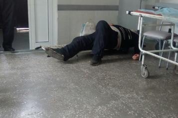 По утверждению очевидцев, пациент около часа провёл в приёмном покое больницы