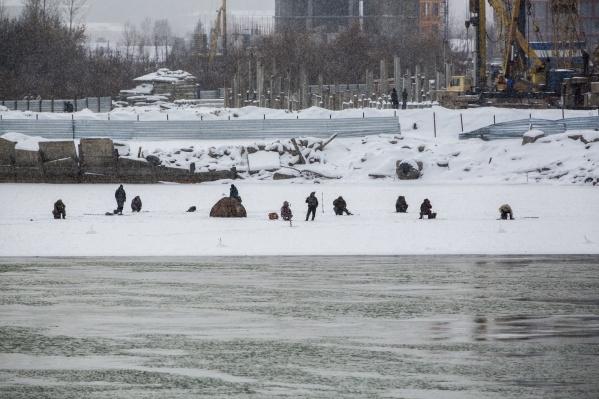 Рыбаки устроили массовую рыбалку на левом берегу Оби, убедился сегодня днём фотокорреспондент НГС