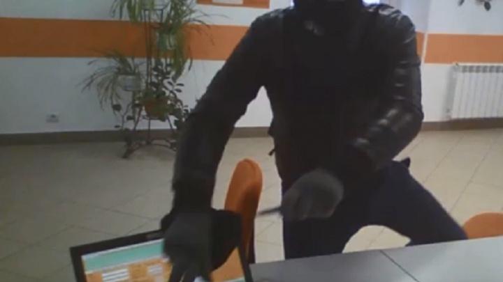 «Угрожал зарезать ножом»: волгоградец ограбил офис микрокредитования в Подмосковье — видео