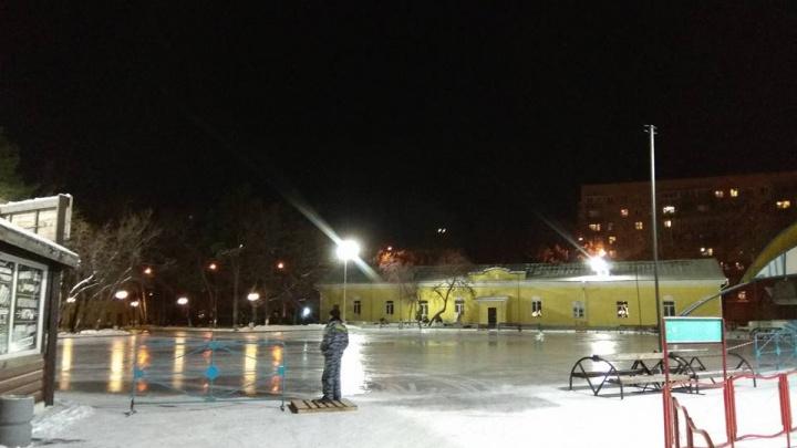 В Центральном парке начали заливать огромный каток