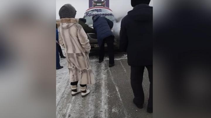 Открывали лопатой и закидывали снегом: на трассе под Березовкой загорелась KIA