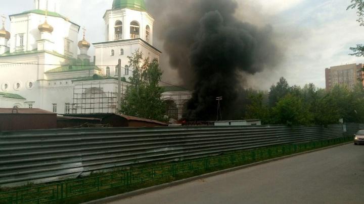 Хлопки и черный дым: на Широтной у храма загорелась иномарка