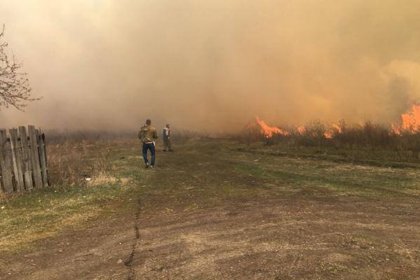 Охваченный огнем поселок Смолино