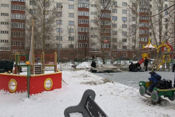 Это фото читатель НГС сделал 10 декабря — он удивился, что покрытие можно укладывать зимой
