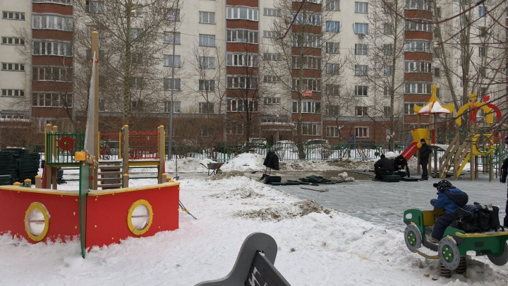 «А поплывёт обязательно»: в Новосибирске в мороз решили поставить детскую площадку — жители записали видео